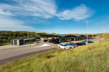 Parkeren onder pv-panelen in Zonnepark Carport Bloemendaal